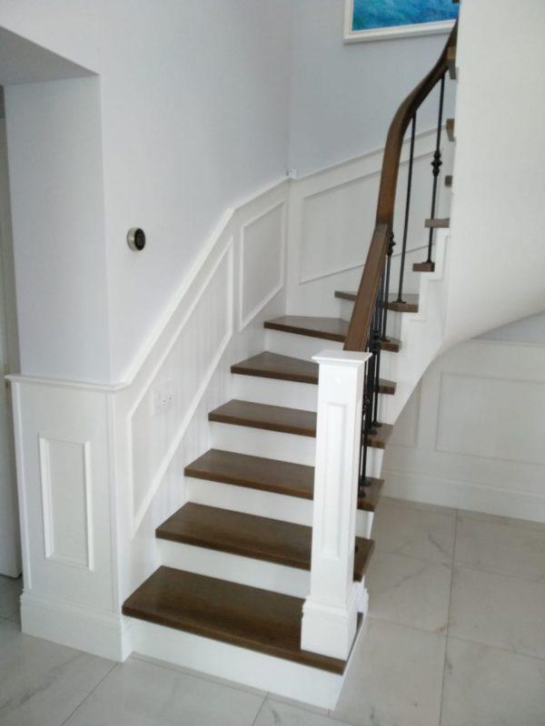 Лестница из дуба в загородном доме