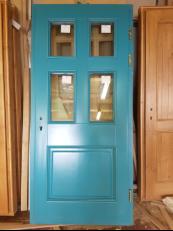 Дверь из массива в частном доме в СПб