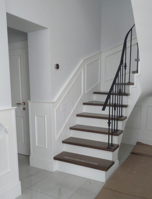 Лестница с поворотом в частном доме в СПб