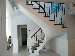 Лестница из массива в частном доме