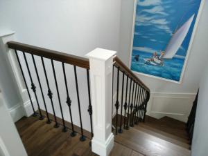 Лестница из массива в частном доме в СПб