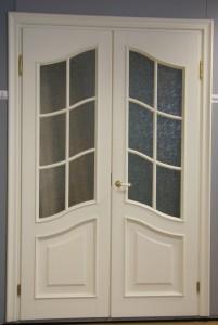 Дверь из массива сосны с фигурными филенками и стеклом