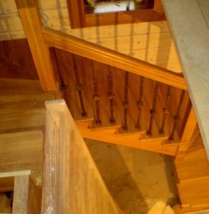 Лестница косоурная из массива сосны