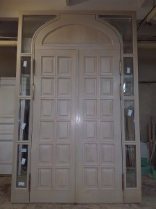 Арочные входные двери, покрыты тон-лаком