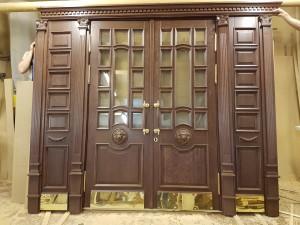 Входной дверной блок из массива дуба с элементами резьбы