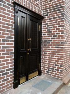 Входные двери для кирпичного дома