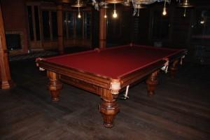 Бильярдный стол из темного дерева