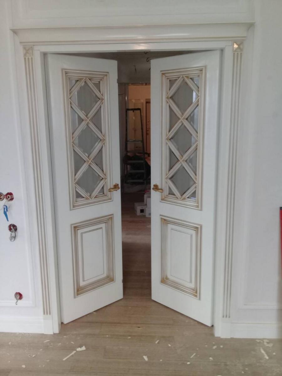 Двери с золотой патиной