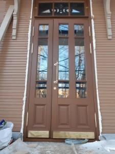 Дверь из массива со стеклом