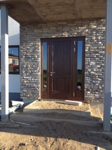 Двери из массива дуба для коттеджа